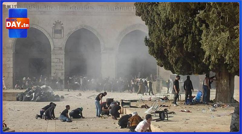 قوات الاحتلال الصهيوني تطلق قنابل الغاز و الصوت على المرابطين داخل المسجد الأقصى ( فيديو)